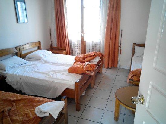 Hotel Neos Olympos: lo spazio per passare serviva per appoggiare i trolley