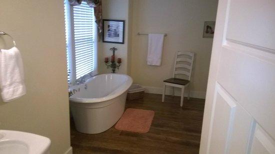 The Crossings Bed & Breakfast : Josephine Room Bath