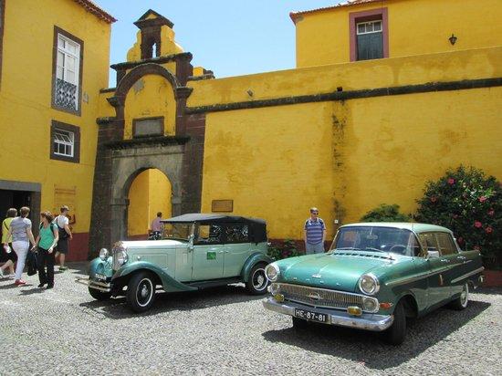 Restaurante Do Forte : Outside restaurant with 2 of vintage cars