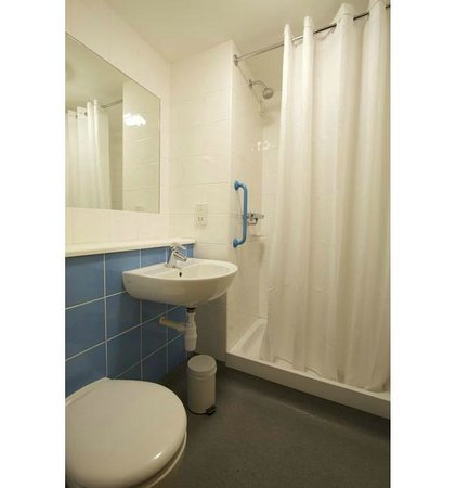 Travelodge Camberley: Bathroom with shower