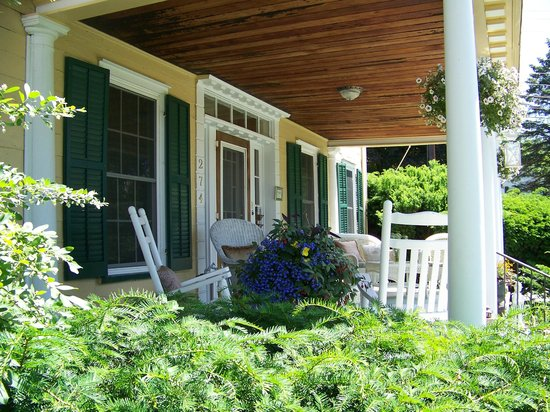 VanWinkle Inn : The wonderful front porch at VWI!!!