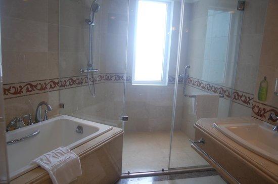 Grand Hotel Saigon : bath room