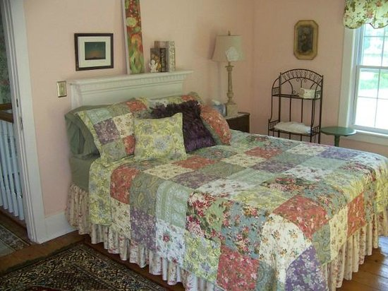 VanWinkle Inn : One of our queen size rooms with pvt. bath-Gabe's Room