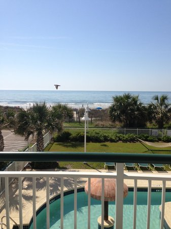 Hampton Inn & Suites Myrtle Beach/Oceanfront: View from room 142. Perfect for soothing sounds of crashing waves!
