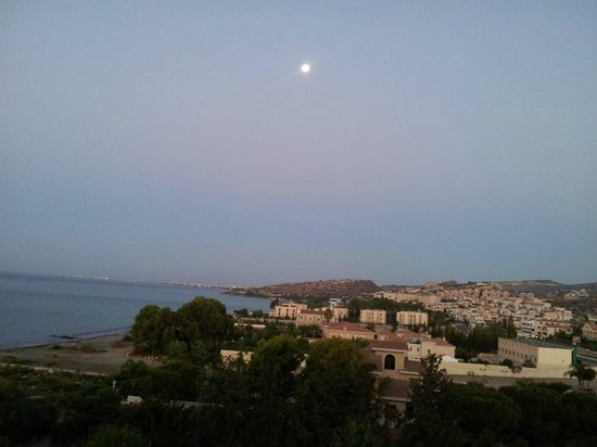Elias Beach Hotel: Луна над Кипром. Вид из номера