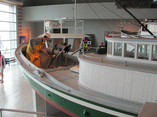 Columbia River Maritime Museum: Several life size replicas