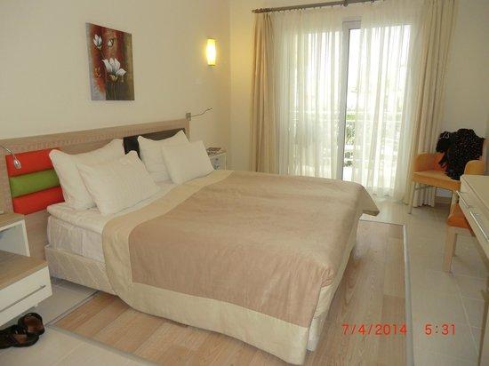 Mandarin Resort: chambre lumineuse avec vue sur la piscine