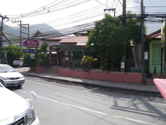First resort albergo: Вид отеля с улицы