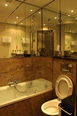 BEST WESTERN Apollo Museumhotel Amsterdam City Centre: 浴缸有污蹟