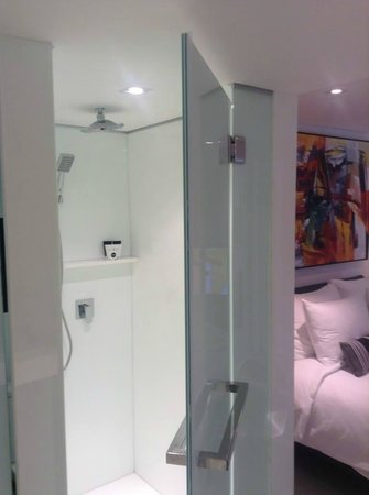 BYD Lofts Boutique Hotel & Serviced Apartments: Awesome rain shower, you could spend hours here...