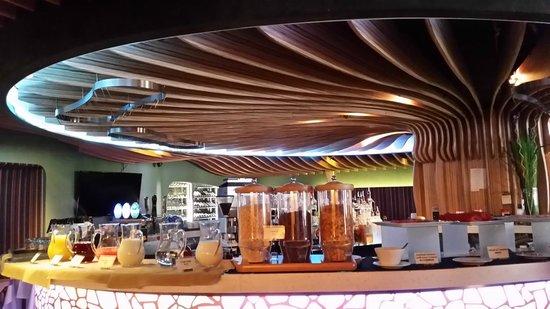 The Luxe Manor: Завтраки проходят на 1 этаже в стильном зале кафе