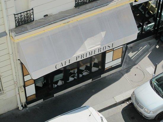 Hotel Tourisme Avenue: Вид из окна, в этом кафе очень вкусные завтраки, цена 9 евро