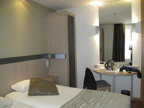 Hotel Tourisme Avenue: Шкаф, внутри подсветка и сейф