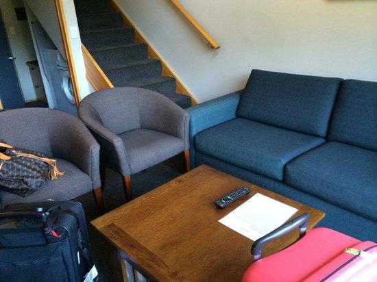 Garden Court Suites & Apartments: living room