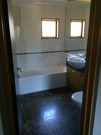 Garden Court Suites & Apartments : bathroom