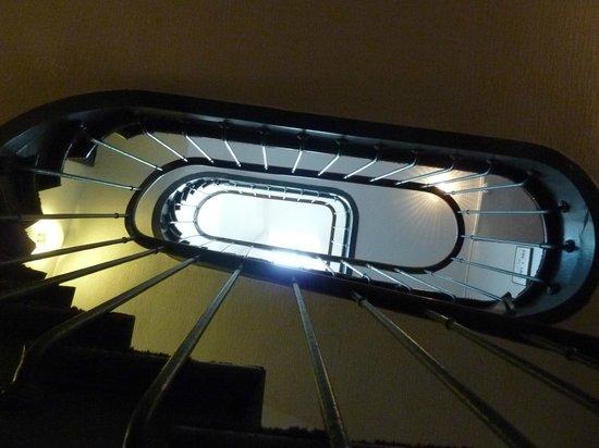 Hôtel Le Richelieu: un des escaliers