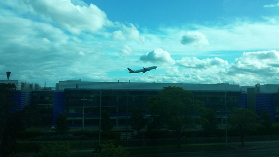 Hyatt Place London Heathrow Airport: Can't get much closer!
