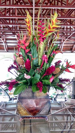 Majestic Colonial Punta Cana: fresh flowers in the lobby
