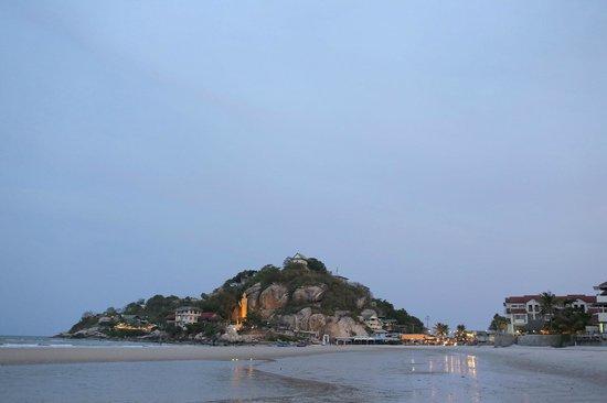 Supatra Hua Hin Resort: Beach/cliffs outside of Supatra