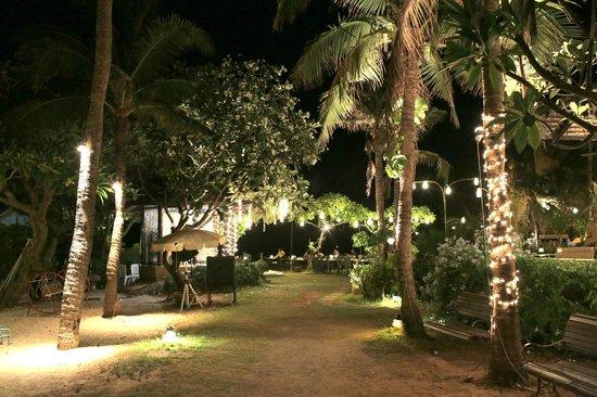 Supatra Hua Hin Resort: Supatra at night