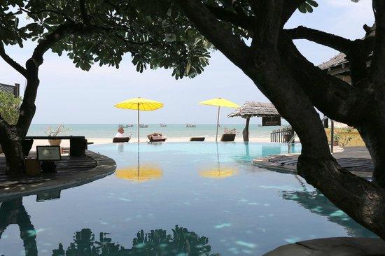 Supatra Hua Hin Resort: Swimming pool and beach