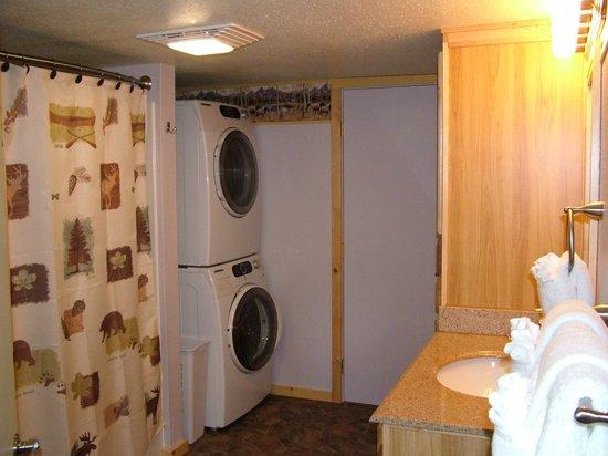 Glacier Haven Inn: Bathroom in Family Cabin