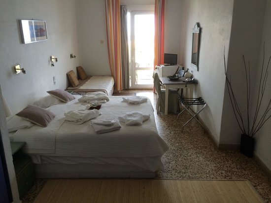 Akrotiri: Our double room at the hotel