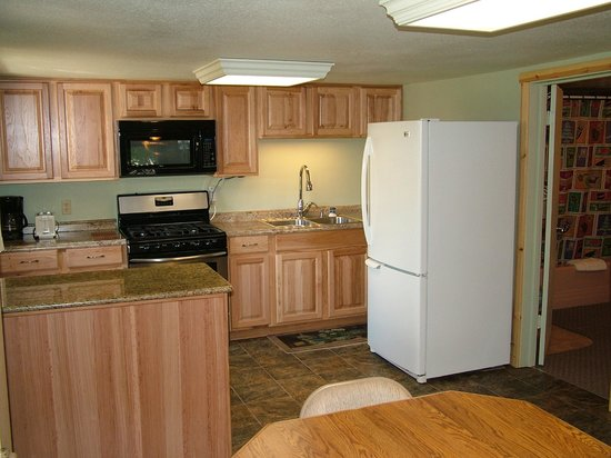 Glacier Haven Inn: Family Cabin Kitchen