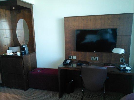 Macdonald Manchester Hotel & Spa: Nice TV and Coffee machine