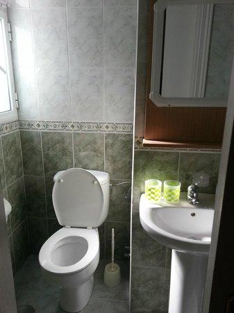 Pensión Juanita: bathroom