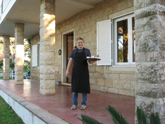 Villa Unika: Karon fixar espresso innan avfärd