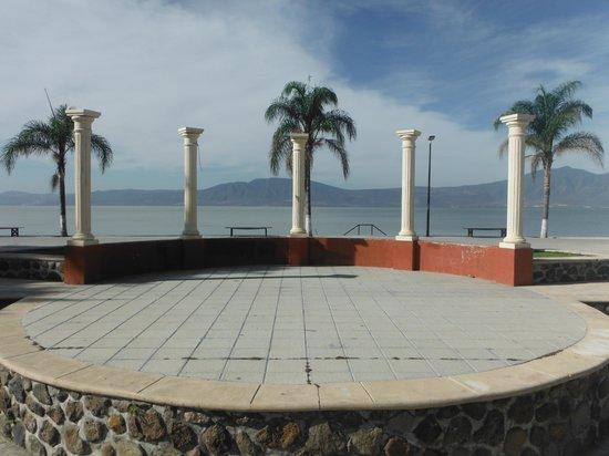 Hotel Balneario San Juan Cosala: Malecón Ajijic (a 10 min. del hotel el auto)