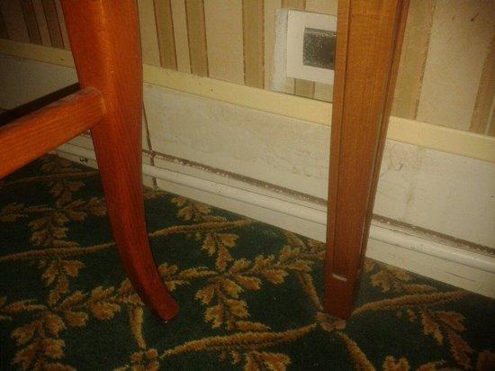 Gallia Hotel : Skirting hanging off