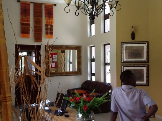 Zawadi House Lodge: Reception with African deco