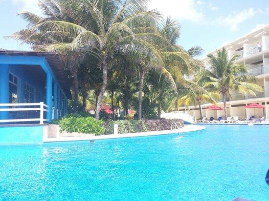 Azul Sensatori Hotel, by Karisma : pool (next to caribbean restaurant)