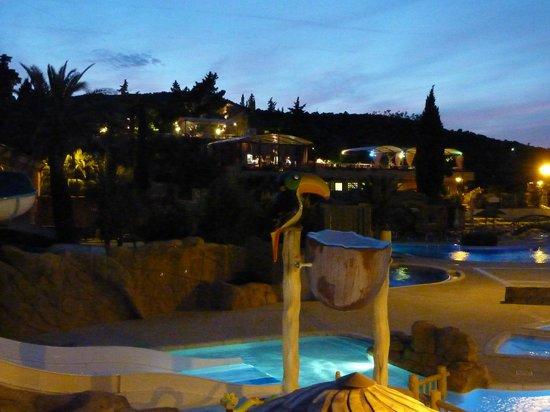 Domaine de la Bergerie: Poollandschaft am Abend mit Blick auf das Restaurant