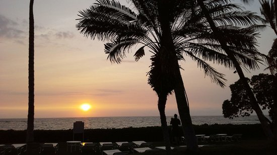 Fairmont Orchid, Hawaii: Sunset from pool