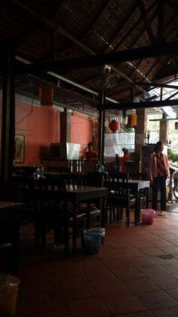 Tom Yum Kung Restaurant, Phnom Penh : Waste bin for every table