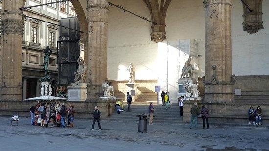 Piazza della Signoria : Лоджиа Лануи