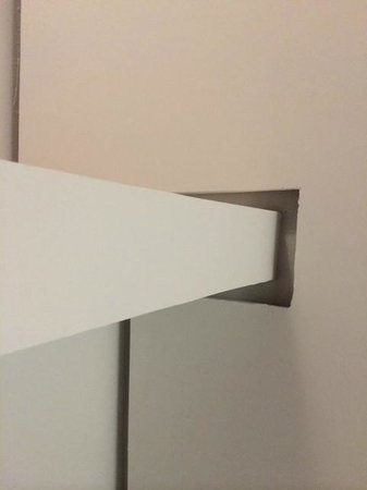 Holiday Inn Las Colinas: Holes and gaps in ceiling