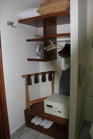 Casa Velas: Small Closet area