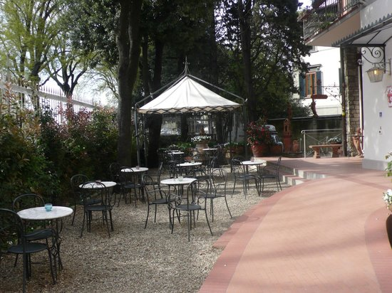 Hotel David: Patio area where happy hour is served