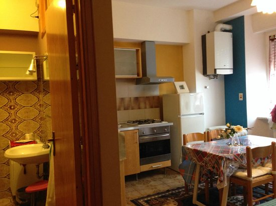 B&B Residenza Leonardo : Room showing ensuite, cooking and eating facilities