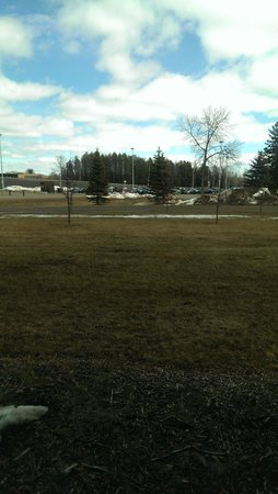 Days Inn Thunder Bay North: Golf area just outside the hotell,late spring...