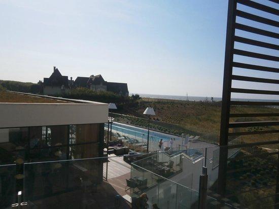 Hôtel les bains de Cabourg : vue de la piscine ext depuis le balcon