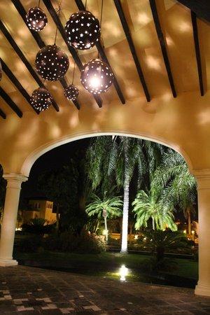 Casa Velas: Motor lobby at night