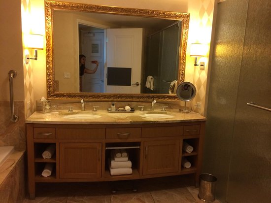 Trump International Hotel Las Vegas: Large Bathroom
