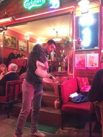 Shadow Restaurant & Cafe : Мини шоу по подаче еды.