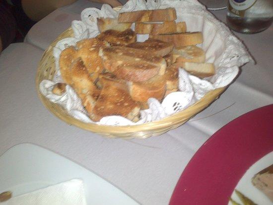 Mencia Retaurante: ración de pan tostado para los patés