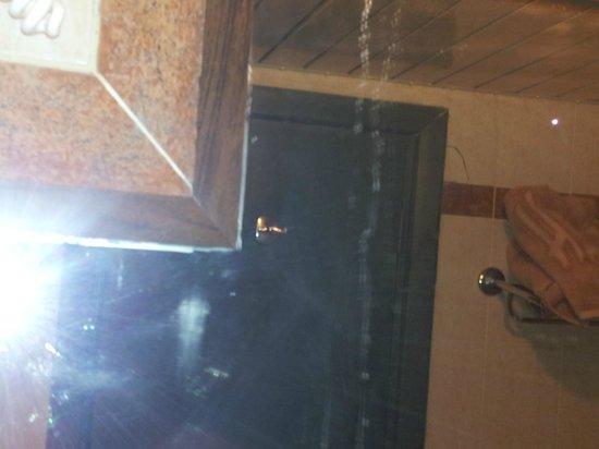 Hauza Beach Resort : dirt on mirror